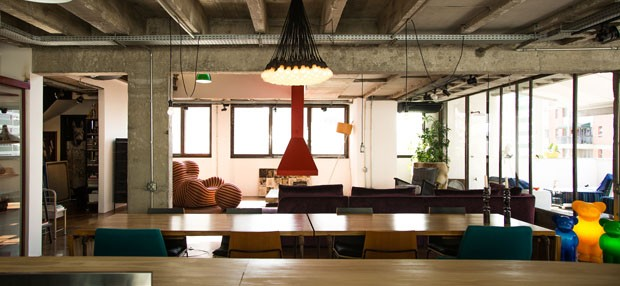 Estilo industrial dá personalidade a apartamento de jovem solteira (Foto: Thiago Mancini)