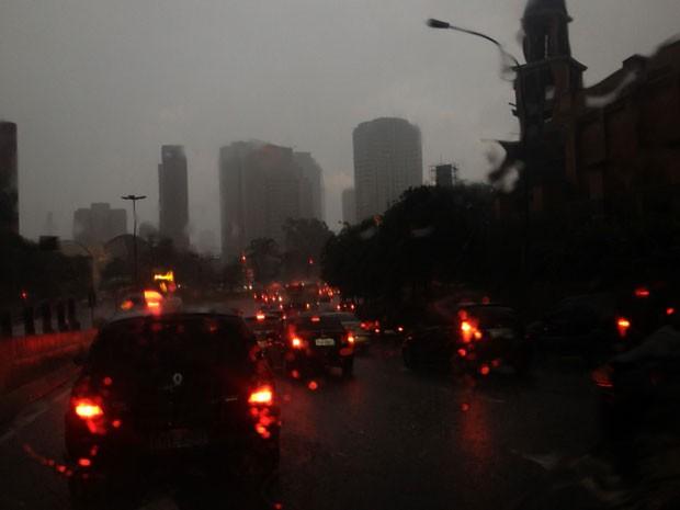Chuva forte na região da Ponte do Morumbi na tarde desta quarta (Foto: Marcelo Mora/G1)