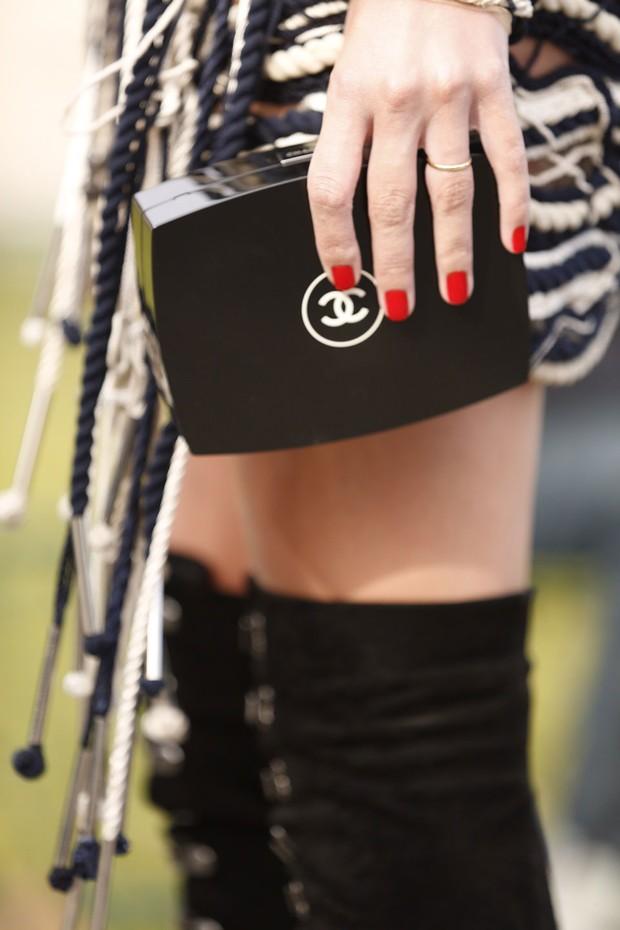 Lala e suas bolsas clássicas: aqui, clutch da Chanel (Foto: Camila Guerreiro)