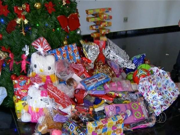 Presentes serão doados pela campanha Natal Presente (Foto: Reprodução/TV Anhanguera)