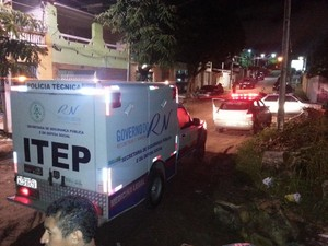 Crime aconteceu na rua Francisco Pignatário, no bairro de Capim Macio, na zona Sul de Natal  (Foto: Kléber Teixeira/Inter TV Cabugi )