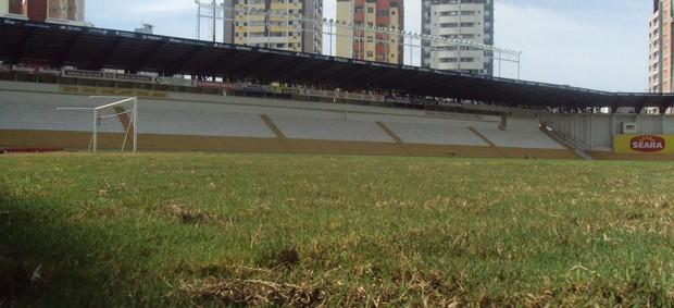 Laterais do gramado do Heriberto Hülse foram rebaixadas (Foto: Lucas Sabino, Divulgação / Criciúma)