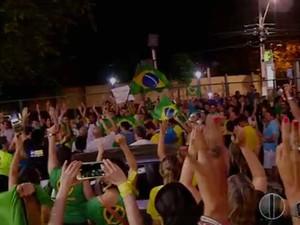 Segundo a PM, cerca de 200 pessoas participam do protesto na Zona Leste de Natal (Foto: Reprodução/Inter TV Cabugi)