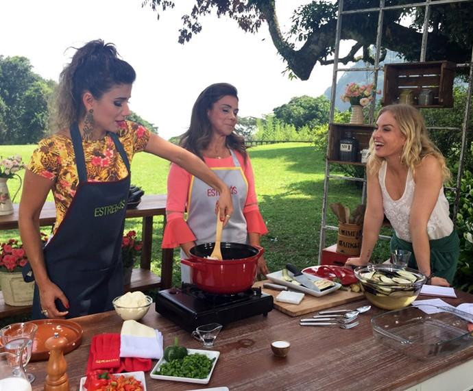 Paula Fernandes cozinha no Estrelas (Foto: Divulgação / Deborah Montenegro)