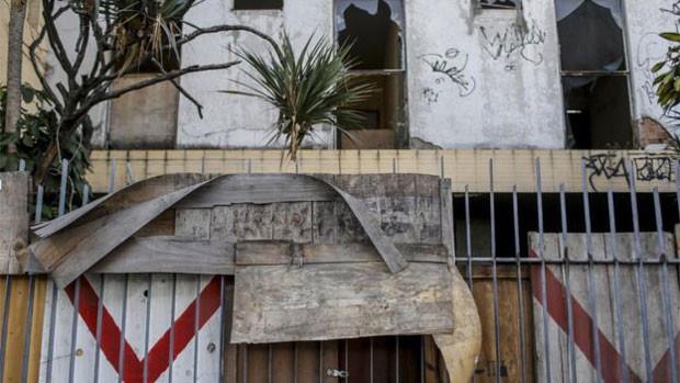 A maior parte do terreno - entre a avenida Francisco Bicalho e a rua General Luis Mendes de Morais - é ocupada por um prédio abandonado (Foto: Daniel Ramalho/BBC)