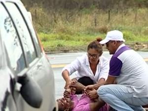 Ciclista ficou ferido e foi encaminhado para o Hospital Geral de Linhares (Foto: Reproducão/ TV Gazeta)