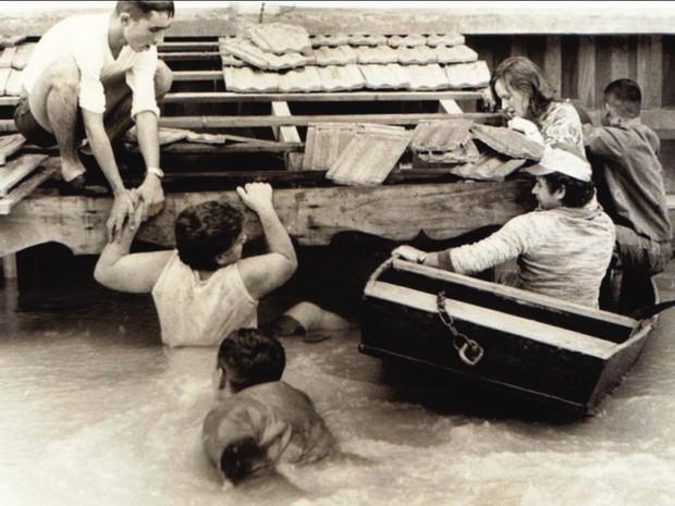 Foto de 1983 da maior enchente da história do Vale do Itajaí, em Blumenau (Foto: Divulgação)
