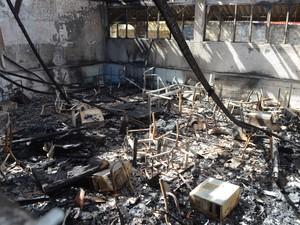 Laboratório de informática foi totalmente destruído (Foto: Pâmela Fernandes/G1)