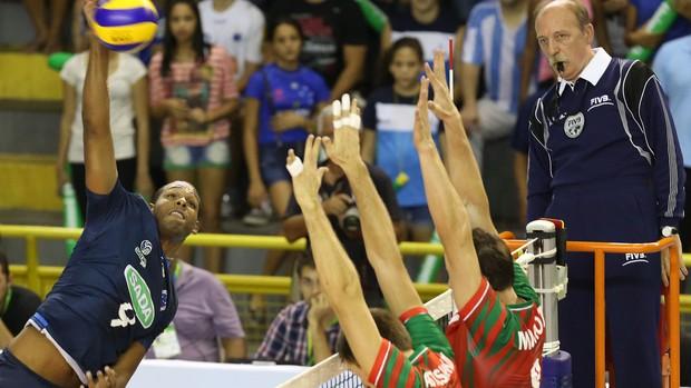 Leal é destaque do Cruzeiro diante do Lokomotiv (Foto: Divulgação/FIVB)