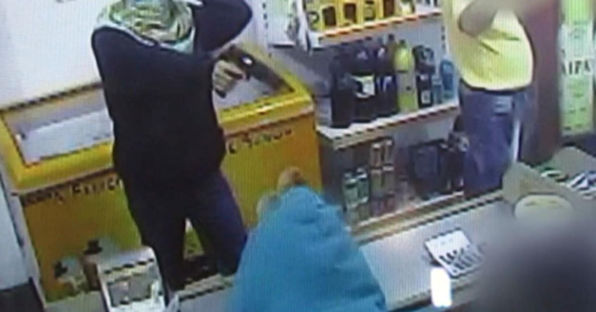 Câmeras flagram assalto a distribuidora de bebidas em Passos - Globo.com