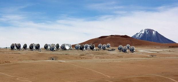 Conjunto de 66 antenas terá capacidade de ver objetos escuros a bilhões de anos-luz (Foto: Dennis Barbosa/G1)