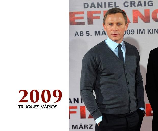 Dando um tempo nos ombros largos em ternos, Craig prova que não tem só esse truque: coloca um cardigã sobre uma camisa e gravata e isso fica mais do que apropriado para uma coletiva de imprensa (Foto: GQ)