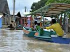 Moradores de Tarauacá usam barcos para sair de casas alagadas