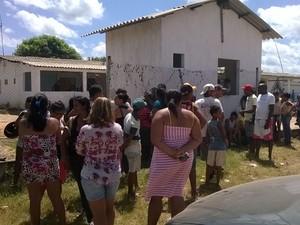 Familiares na frente do presídio, em busca de informações (Foto: Divulgação/ Arimatéia Rodrigues)