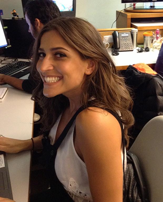 Maria Joana posando durante o chat do #PapoReto (Foto: Malhação / TV Globo)