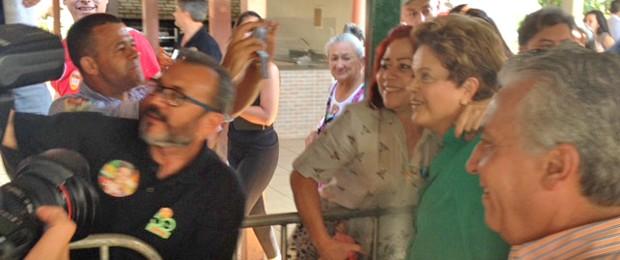 Dilma faz fotos com participantes de encontro na Confederação Nacional dos Trabalhadores na Agricultura (Contag), em Brasília (Foto: Filipe Matoso / G1)