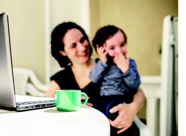 Theo acompanha a mãe, Fernanda Santiago Torres, todos os dias no trabalho. Ela é uma das sócias do coworking Casa de Viver, em São Paulo (Foto: Guilherme Zauith)