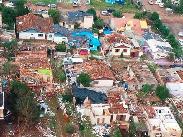 Dia 21: imagem área mostra residências destelhadas em Xanxerê (Foto: Corpo de Bombeiros/Divulgação)