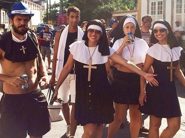 Foliões se concentram no bloco das Carmelitas no Rio (Foto: Henrique Coelho/G1)