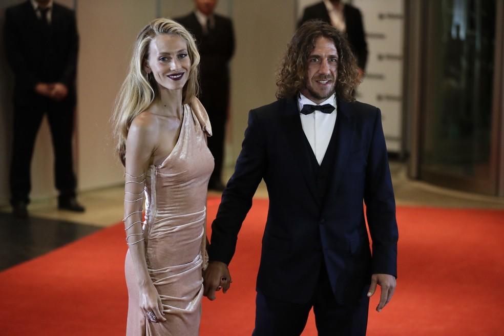 Puyol e sua namorada no casamento de Messi (Foto: The Associated Press)