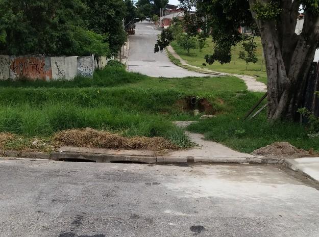 Rua Tenente Érico de Oliveira termina em um córrego (Foto: TEM Você)