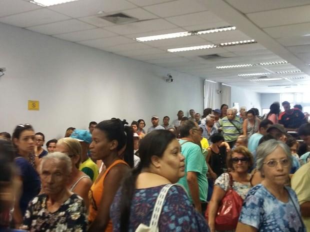 Clientes chegaram cedo e formaram longas filas em Olinda (Foto: Artur Ferraz/G1)