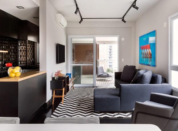 Apartamento tem pegada masculina com revestimentos pretos for Decoracion monoambiente 30m2