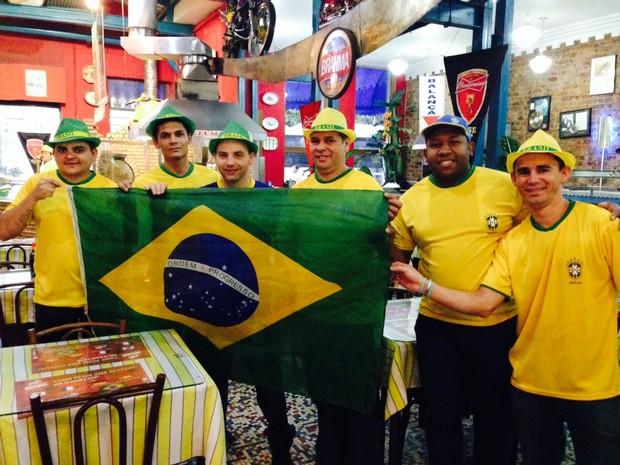 Garçons de vestem de seleção brasileira  (Foto: Káthia Mello/G1)