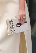 Kim Kardashian usa bolsa com desenho de seu casamento com West