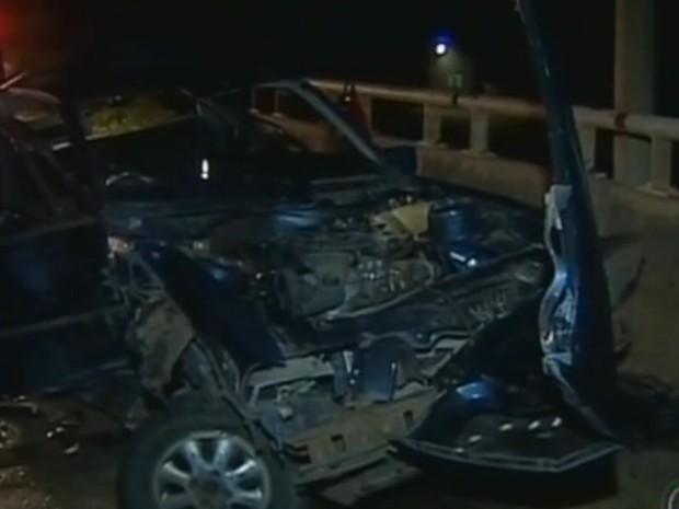 Veículo em que mulher de 37 anos morreu ficou totalmente destruído (Foto: Reprodução / TV Tem)