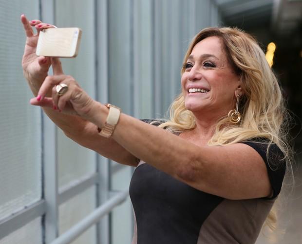 Susana faz selfie nos bastidores de Chapa Quente  (Foto: Isabella Pinheiro/Gshow )