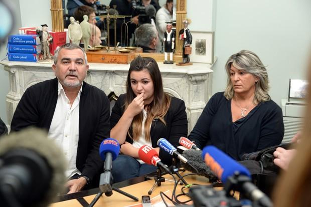 Marie-Océane (centro) participa de coletiva de imprensa com seus pais nesta segunda-feira (25) no escritório de seus advogados.   (Foto: AFP Photo/Jean Pierre Muller)