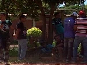 Trabalhadores não tem como retornarem as suas casas por falta de dinheiro (Foto: Reprodução/TV Integração)