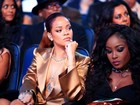 Rihanna usa look decotado em premiação de música nos EUA