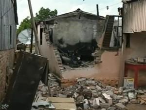 Casa ficou destruída após incêndio em São Sepé, RS (Foto: Reprodução/RBS TV)