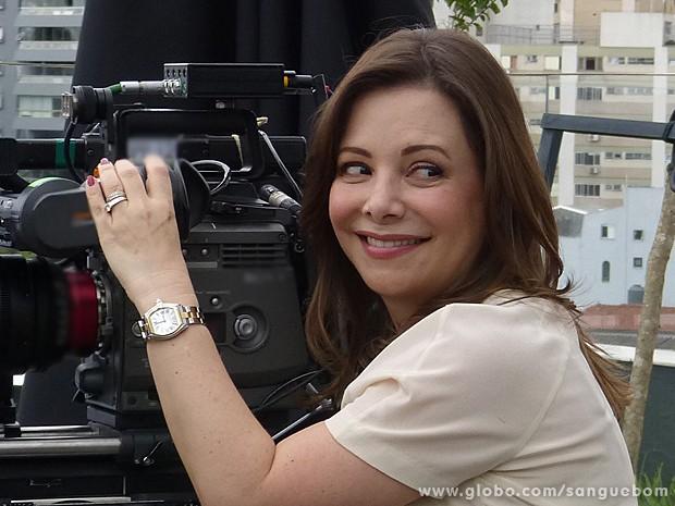 Noely acompanha as gravações e brinca que filma a filha Sandy (Foto: Sangue Bom/TV Globo)