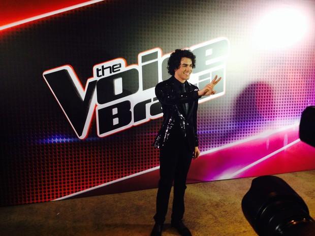 Sam faz o V da vítória após ganhar o The Voice Brasil (Foto: Lívia Torres / G1)