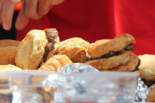 A 6ª edição do Concurso de Comer Hambúrgueres foi realizada em Washington, nos EUA (Foto: Connor Radnovich/AP)