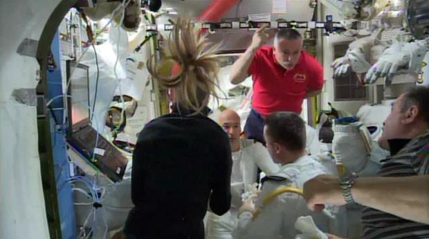Após o incidente, astronautas da ISS debatem o problema ocorrido com o traje espacial de Luca Parmitano (Foto: Nasa/AP Photo)