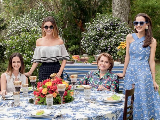 As irmãs Isabel e Maria Teixeira de Mello, fundadoras da grife TM, Sonia e Joana à mesa no almoço (Foto: Carolina Isabel Novaes)