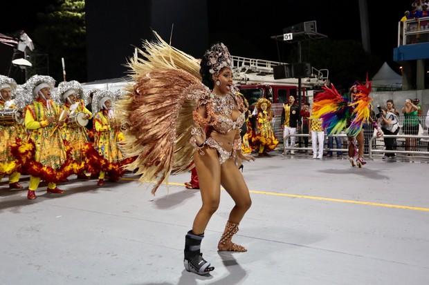 Pamella Gomes a frente da bateria Tom Maior (Foto: Rafael Cusato/EGO)
