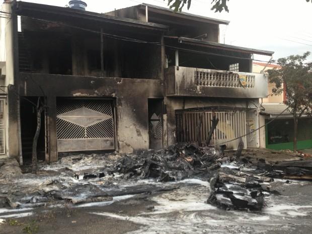 Destroços do avião que explodiu após atingir casa em Sorocaba (SP) (Foto: Natália de Oliveira / G1)