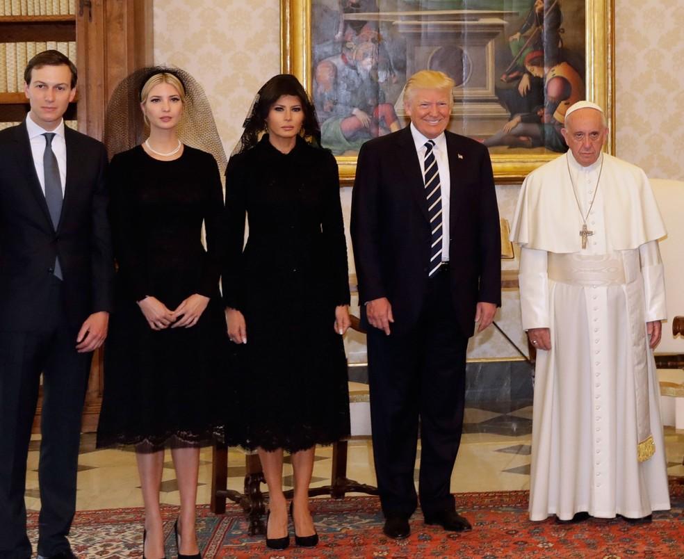 Da esquerda para direita, Jared Kushner (genro de Trump), Ivank Trump, Melania Trump, Donald Trump e Papa Francisco em audiência no Vaticano (Foto: Alessandra Tarantino/ AP)