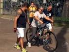 Voluntários ensinam  a andar de bicicleta (Reprodução/TV Bahia)
