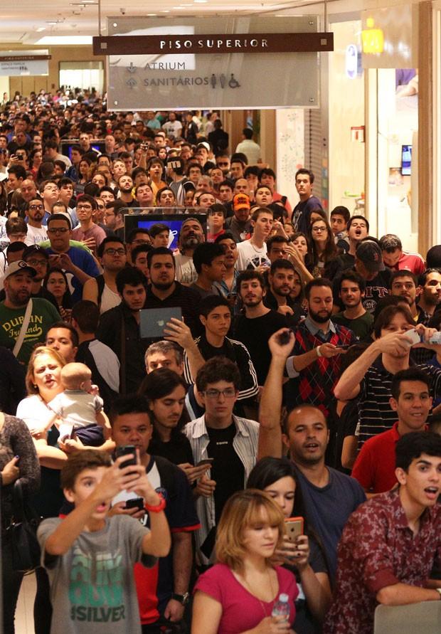 Movimentação na inauguração da mega loja da Apple Store no shopping Morumbi, na zona sul da cidade de São Paulo, SP, na manhã deste sábado (18) (Foto: Renato S. Cerqueira/Futura Press/Estadão Conteúdo)