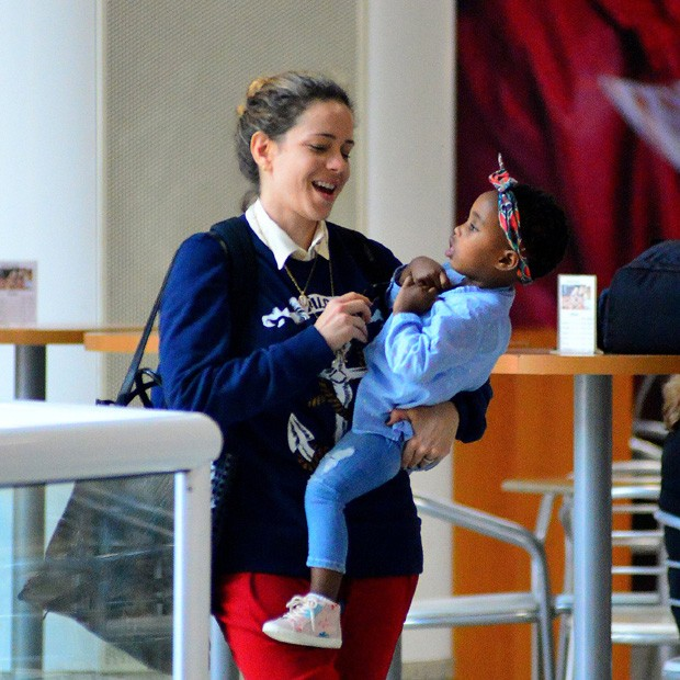 Leandra Leal e a filha, Julia (Foto: William Oda/Agnews)