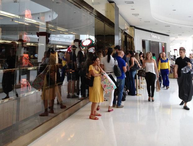 f3c047bf377f A mexicana Gabriela Guerrero brincando na fila da Gucci em shopping de  Brasília (Foto