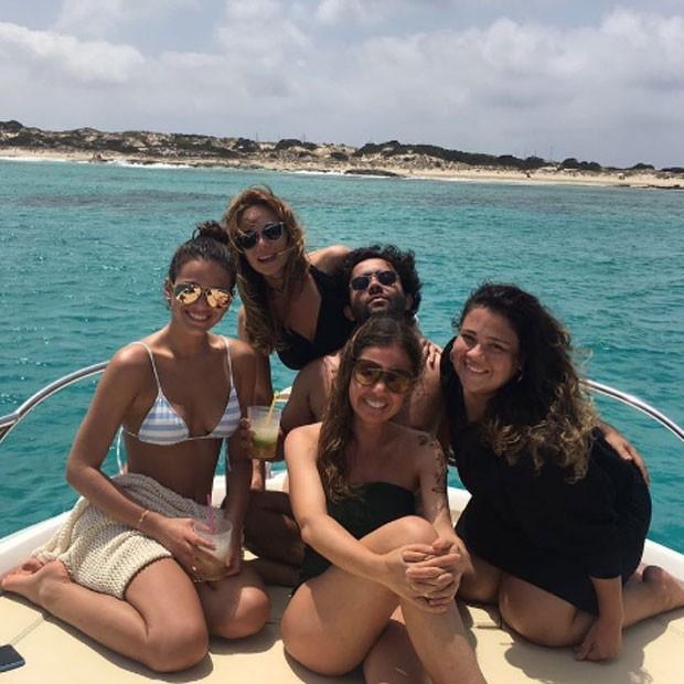 Mariana e Bruna com seus assessores de imprensa em Ibiza (Foto: Reprodução/Instagram)