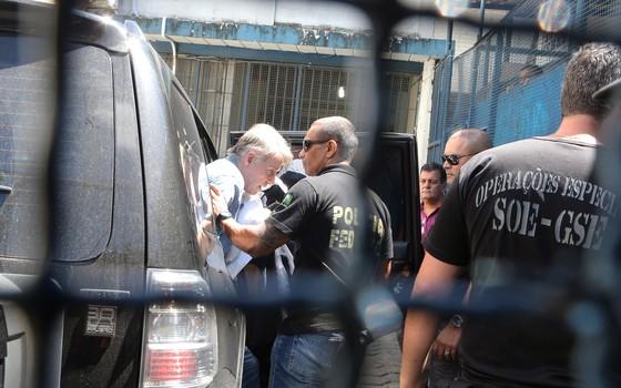 O empresário Eike Batista chega ao presídio Ary Franco, em Água Santa, no Rio de Janeiro (Foto: Guilherme Pinto / Ag. O Globo)