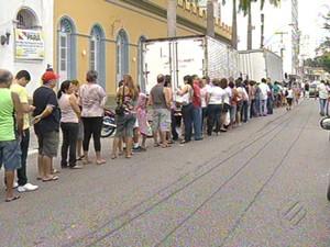 Fila para compra de ingressos já era longa desde o início da manhã (Foto: Reprodução / TV Liberal)